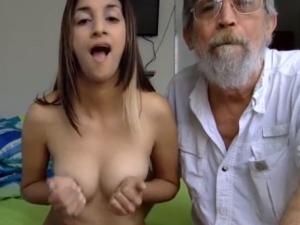 Imagen Jovencita y Viejo follando en Vivo