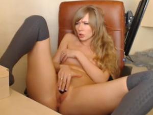 Rubia Masturbándose con su Vibrador