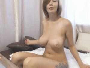 Rubia Luciendo sus Pechos en el Videochat