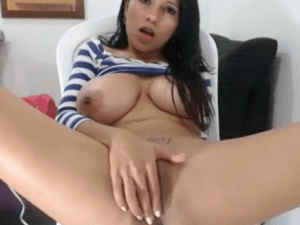 Bella Latina se Conecta al Chat para Tocarse