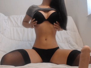 Image Flaca con Lencería Negra se Pajea en Webcam
