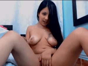 Imagen Joven Morena tiene Orgasmo Intenso en Cam