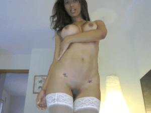 Verónica Contonea su Lindo Cuerpo y se Penetra de Forma Sensual