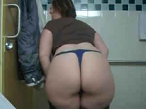 Vieja Nalgona se Baja los Pantalones en un Baño Publico y se Graba