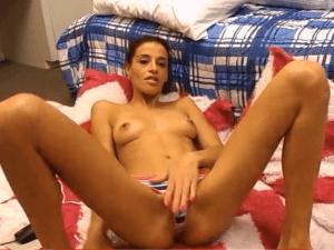 Imagen La Modelo Porno más Hermosa Usando tres Consoladores en Vivo