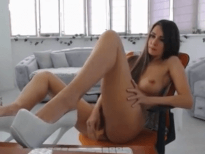 Se Desnuda para su Novio y se Pajea con Dildo en Vivo