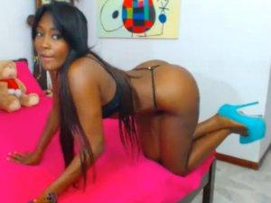 Negra en Lencería Provocando a sus Usuarios por Webcam