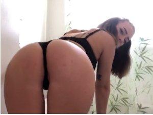 Imagen Estrella Porno se Desprende de su Ropa Interior y se Aceita