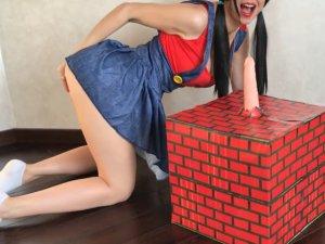 Image Jovencita Sexy Disfrazada de Super Mario delante de la Webcam