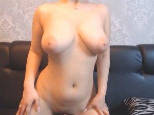 Chica Latina XXX Enseña su Sexy Cuerpo