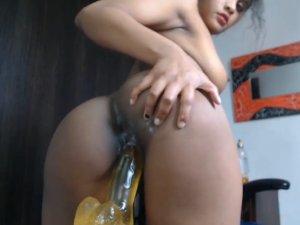 Imagen Madrastra Sexy Conectada a la Webcam Jodiendo con su Primer Dildo