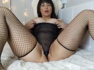 Madre Culona se Desnuda y se Penetra Emitiendo en Vivo