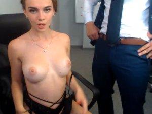 Secretaria Sensual se Folla a su Jefe y lo Transmite en Webcam