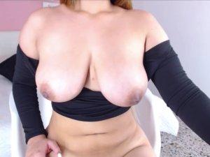 Image Sexy Camgirl de Pechos Jugosos con Tres Juguetes a la Vez