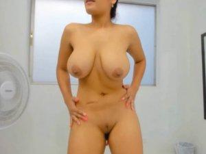 Image Esposa Joven Muestra sus Pechos para la Web Cam