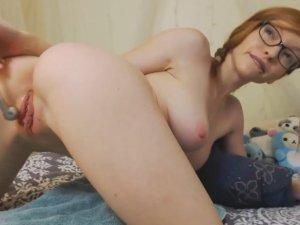 Pelirroja en Webcam Masturbándose y Estimulando su Vagina