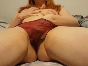 Image Guarrilla Pelirroja se Pajea con las Bragas Puestas en Webcam