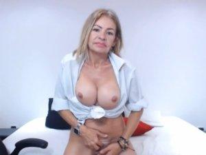 Image Madura Colombiana Masturbándose con los Dedos