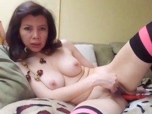 Image Milf Masturbandosi sensualmente con un giocattolo in webcam