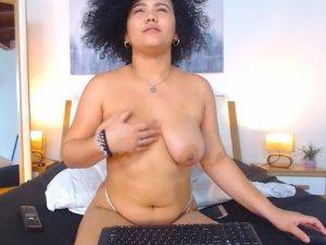 Morena Desnuda Delirando de Placer en la Webcam