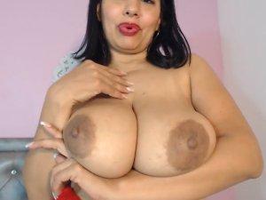 Image Gordita Latina en la Cámara Juega con sus Tetones